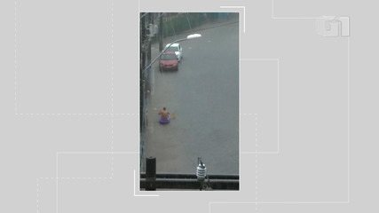 Morador usa caiaque para enfrentar a chuva na manhã desta terça-feira, em Salvador
