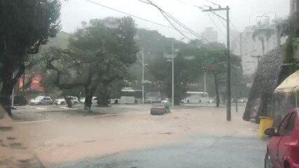 Chuva provoca alagamento na Avenida Centenário, em Salvador