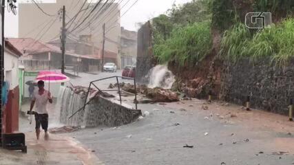 Chuva provoca deslizamento de terra no Barbalho, em Salvador