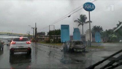 Água da chuva apaga fogo que atingiu carro na Região Metropolitana de Salvador