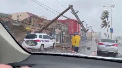 Poste cai em cima de um táxi na região de Amaralina