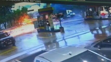 Caminhão bate em carro e poste em avenida de Avaré