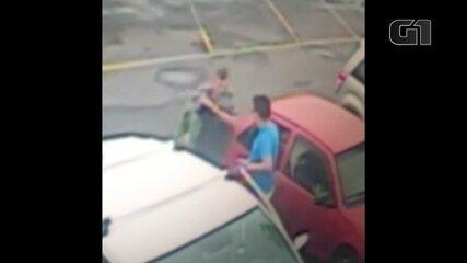 Vídeo mostra homem sendo morto a facadas em supermercado de Sorocaba