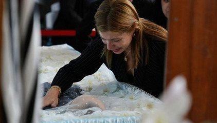 Viúva de Gugu Liberato chora sobre caixão do apresentador