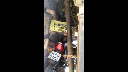 Motociclista colide em caminhão e moto fica debaixo de veículo, na Grande Fortaleza