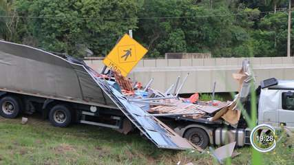 Caminhão carregado de ração tomba na Dom Pedro 1° em Bom Jesus dos Perdões