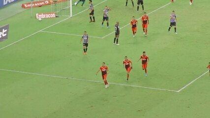Gol do Athletico-PR! Camacho cruza, e Madson cabeceia para o gol, aos 48 do 2º tempo