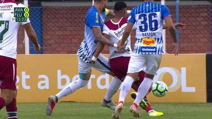 Marcos Paulo cai na área pedindo pênalti, mas juiz marca falta de ataque, aos 13 do 1º tempo