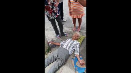 Idosa de 83 anos aguarda atendimento do SAMU por horas em chão de rua em Inhaúma