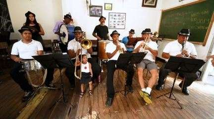 Edlaine Garcia conhece projeto que acolhe músicos há 86 anos