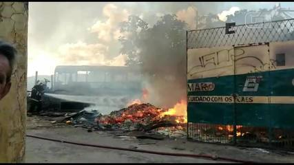Incêndio atinge restos de materiais em garagem no Bairro Vila União em Fortaleza