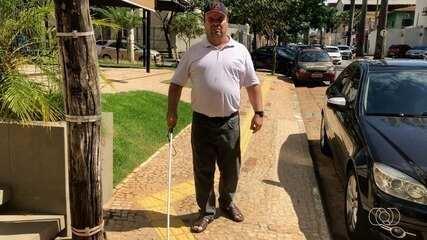 Deficiente visual reclama de calçadas com pisos táteis irregulares, em Goiânia