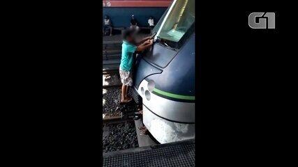 Meninos 'pegam carona' do lado de fora de trem do metrô