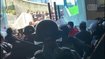 Policiais barram entrada de servidores que protestam na Assembleia do Ceará