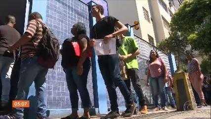 Trabalhadores em busca de emprego enfrentam longas filas para disputar vagas