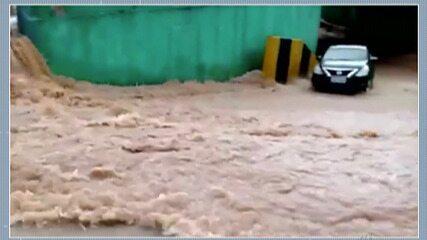 Enxurrada invade hipermercado e parte de telhado de estacionamento cai em Ferraz
