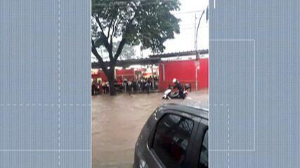 Passageiros ficam ilhados na saída de estação em Poá