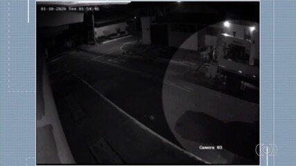 Imagens de câmera de segurança mostram homem suspeito de roubar materiais para construção
