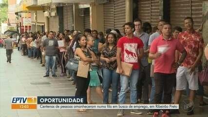 Moradores fazem fila para participar de feirão de empregos em Ribeirão Preto