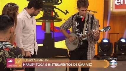 Homem-banda chama atenção ao tocar 6 instrumentos ao mesmo tempo
