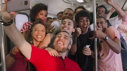 Amigos de Alice fazem festa no trem