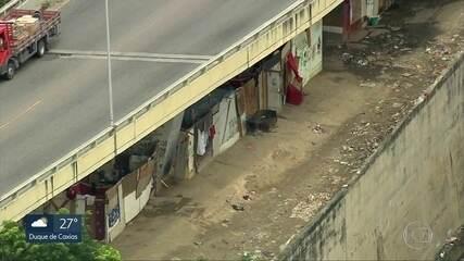 Moradia debaixo de viadutos ocupam terrenos nas linhas do trem e do metrô