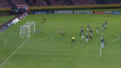 Gol do Atlético-MG! Fábio Santos bate o pênalti e abre o placar, aos 22 do 1T