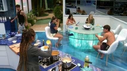 Grupo da Pipoca almoça na cozinha
