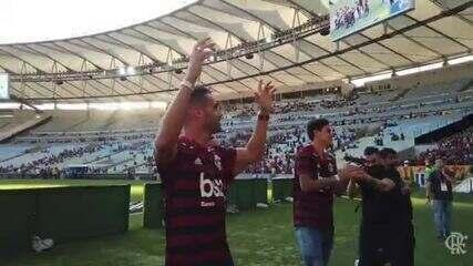 Thiago Maia, Pedro e Michael têm primeiro contato com a torcida do Flamengo