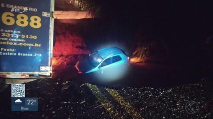 Uma pessoa está desaparecida após três carros e um caminhão caírem em cratera na MG-133
