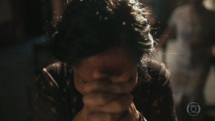 Lola fica desolada com a morte de Carlos