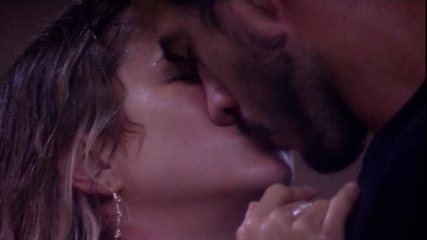 No jardim, Gabi e Guilherme se beijam durante banho de chuva