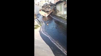 Caminhão ficou de cabeça para baixo, e o líquido escorreu pela rua