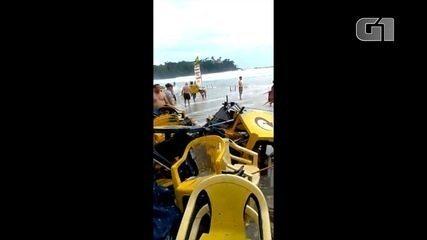 Mar avança, causa estragos em praia e assusta turistas em Ubatuba