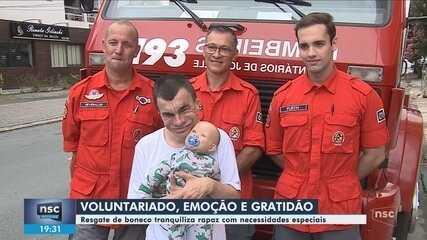 Bombeiros resgatam boneco de rapaz com deficiência intelectual