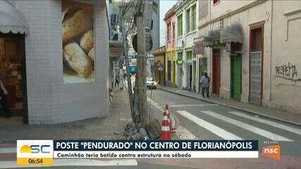 Poste fica 'pendurado' no Centro de Florianópolis