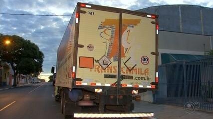 Caminhão tem carga roubada e motorista é feito refém em Paranapanema