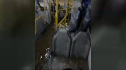 Passageiros registram alagamento em ônibus durante temporal na Baixada Santista