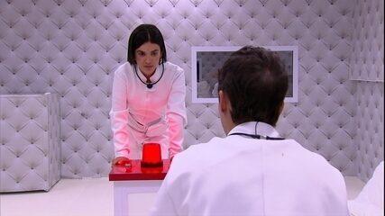 Manu aciona o botão vermelho do Quarto Branco