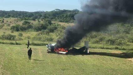 Equipes fazem buscas na região do Pantanal para procurar pilotos que atearam fogo em aeronave e fugiram