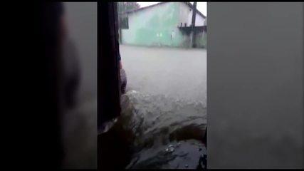Moradores registram casas sendo invadidas pela água durante chuva de 10 horas em Belém