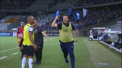 Adilson Batista corre e chuta copo d'água, comemorando gol e leva amarelo aos 23 do 2T