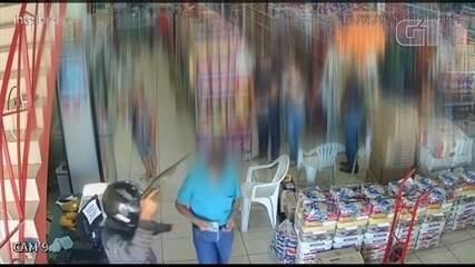 Idoso ignora assaltantes, paga conta e sai durante roubo a supermercado
