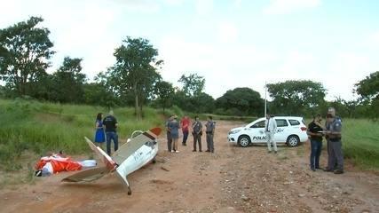 Avião planador cai em estrada de terra no Jardim Santos Dumont em Bauru