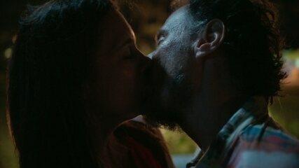 Durval e Thelma se beijam