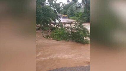 Água de chuvas cortam estradas de Nazária, no Piauí