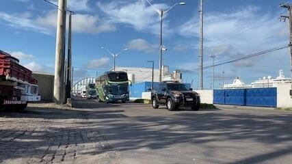 Passageiros de navio isolado no Recife começam a ser retirados