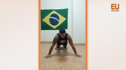 O personal trainer Carlos Ricciotti dá a segunda parte da aula de Strong by Zumba: flexões coreografadas