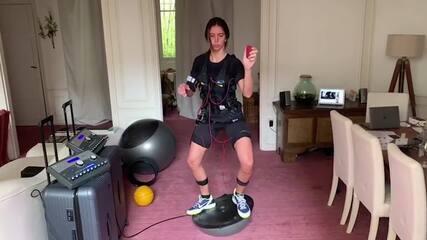 Nathalie Moellhasen, campeã mundial de esgrima, treina em casa em Paris