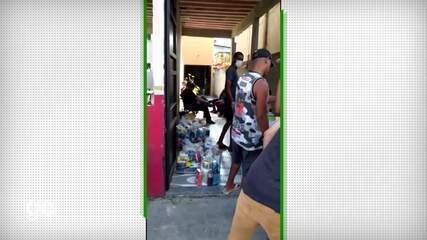 Vinicius Jr. doa cestas básicas e produtos de limpeza para famílias de São Gonçalo